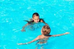 小孩演奏和获得乐趣在与空气的游泳池 库存图片