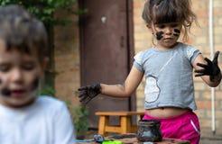 小孩男孩和女孩-肮脏从使用在泥 库存照片