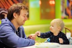 小孩男孩和他的父亲咖啡馆的 库存图片