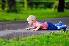 小孩男孩在公园路跌倒了 库存照片