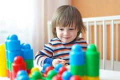 小孩男孩演奏塑料块 库存照片