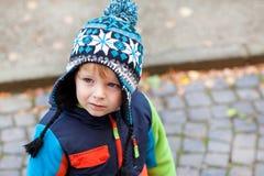 小孩男孩纵向冬天衣裳的 库存照片