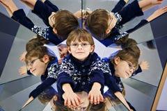 小孩男孩获得与实验的乐趣与镜子在musem 库存图片