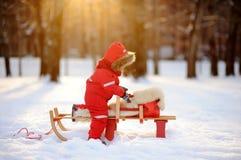 小孩男孩获得乐趣在冬天公园 免版税库存图片