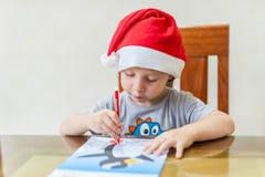 小孩男孩画毛毡在迷宫的笔道路 早期的发展概念 库存图片