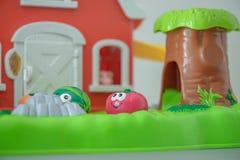 小孩的五颜六色的塑料玩具,扮演种田和生长菜 库存图片