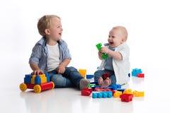 小孩的男孩和一起使用他的小的兄弟 库存照片