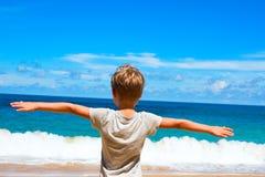 小孩立场蓝色天际海 免版税图库摄影