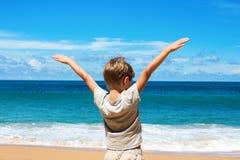 小孩立场蓝色海展示天际 免版税库存图片
