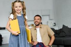小孩选择聚焦有在家后边书和父亲的回到 免版税库存照片