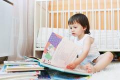 小孩阅读书 图库摄影