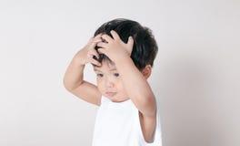 小孩顶头白色衬衣 亚洲 免版税库存图片