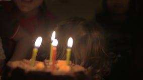 小孩满意对他的生日蛋糕 股票录像