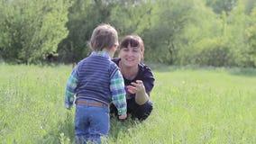 小孩去他的母亲和拥抱她 股票视频