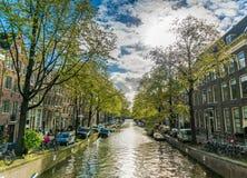 小安静的运河在阿姆斯特丹的中心 库存照片