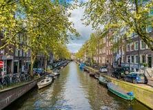 小安静的运河在阿姆斯特丹的中心 免版税库存照片