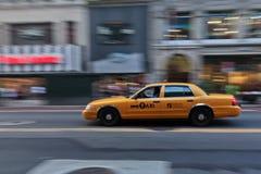 小室城市加速的出租汽车 库存照片