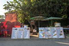 小室外咖啡馆在Vang Vieng,老挝 库存图片