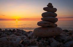 小小卵石的金字塔在海滩的 库存照片