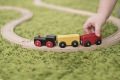 小小孩在托儿所或幼儿园的一个五颜六色的儿童居室 在家使用与玩具显示的儿童男孩 免版税图库摄影