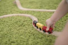 小小孩在托儿所或幼儿园的一个五颜六色的儿童居室 在家使用与玩具显示的儿童男孩 免版税库存图片