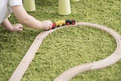 小小孩在托儿所或幼儿园的一个五颜六色的儿童居室 在家使用与玩具显示的儿童男孩 库存图片