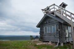 小小屋,但是在fjelds的宽看法 免版税图库摄影