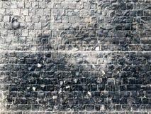 小小方形的瓦片,正方形的墙壁纹理向安心纹理砖扔石头绘与与小条的黑发光的油漆 免版税图库摄影