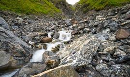 小小河和瀑布在豪华的绿色山谷 免版税图库摄影