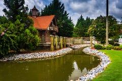 小小河和红被顶房顶的大厦在海伦,乔治亚 免版税库存照片