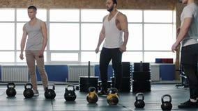小小组在锻炼期间的男性运动员在Crossfit健身房 股票视频