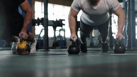 小小组在锻炼期间的男性运动员在Crossfit健身房 股票录像