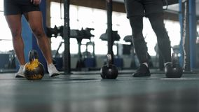 小小组在锻炼期间的男性运动员在Crossfit健身房 影视素材