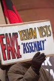 小小组恼怒的反政府无政府主义者在波特兰地方,伦敦进行抗议 免版税图库摄影