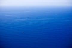 小小船极大的海洋 免版税库存图片