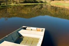 小小船的池塘 库存照片