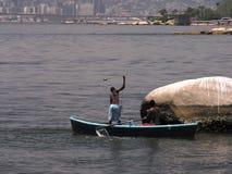 小小船的渔夫 免版税库存照片