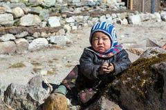 小尼泊尔孩子画象在遥远的喜马拉雅山村庄 免版税库存图片
