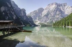 小屋和小船在湖 图库摄影