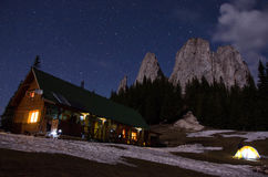 小屋和峭壁在晚上 库存图片