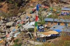 小屋和祷告旗子在竹子,小解决Langtan的 库存图片