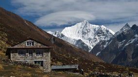 小屋和雪加盖的Yala峰顶 免版税图库摄影