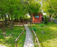 小屋在有石路的森林 库存照片