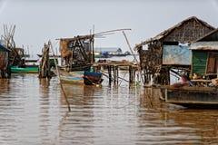 小屋在河,洞里萨湖,柬埔寨 免版税库存照片