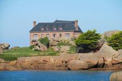小屋在海边附近的一个美丽如画的地方 库存照片