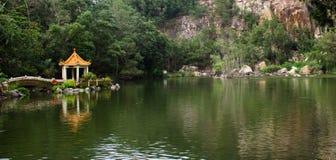 小屋在湖和一座山在背景中 免版税库存图片