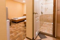 小屋子的对屋子的内部,入口和卫生间 免版税库存照片