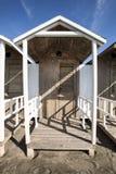 小屋木在海滩 与少量云彩的蓝天 HDR 免版税库存图片