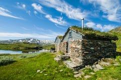小屋由石头和木头制成在Hardangervidda 免版税库存照片