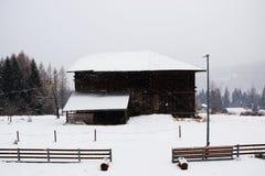 小屋,雪屋顶背景,在Dolomiti山的冬天,在Cadore,意大利 免版税库存照片